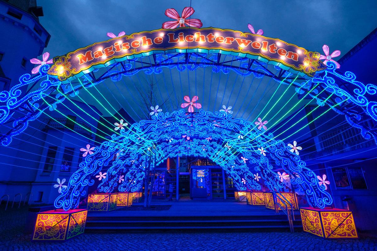 """Ab 2.Feb.werden unter dem Motto """"Magische Lichterwelten""""nahezu 300 fantastische Figuren aus der Tier und Pflanzenwelt, gefertigt aus Metall und Seidenstoffen von chinesischen Laternenkünstlern den Bergzoo verzaubern.  Foto Lutz Winkler"""